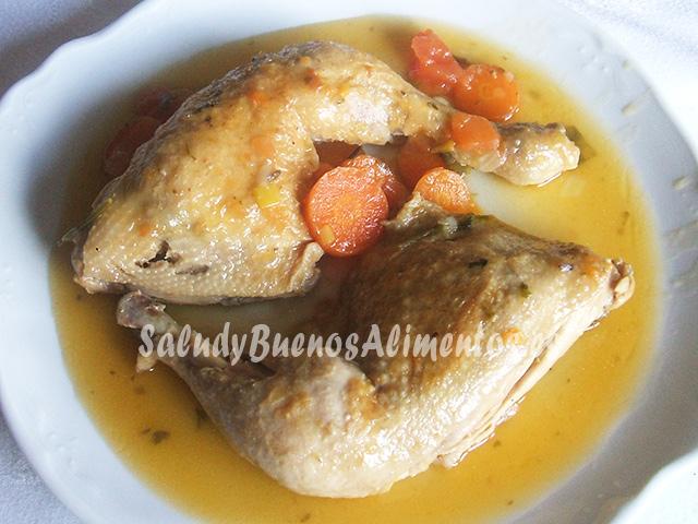 Pollo guisado aromatizado con salvia