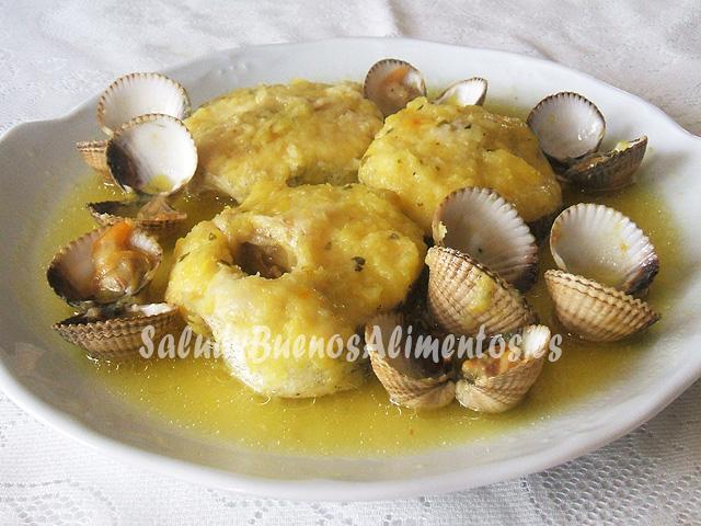 Merluza con berberechos en salsa de cebolla